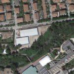 I due moduli bianchi (visti dal satellite per Google) ospiteranno la nuova scuola
