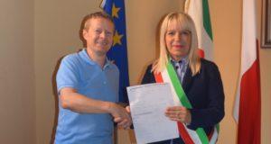 Cesare Mosciatti consegna al sindaco Rosa Piermattei il ricavato della vendita del suo libro