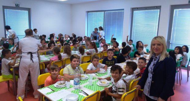 Bambini a mensa nella nuova scuola di via D'Alessandro