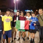 Alcuni ragazzi davanti allo stadio Dall'Ara con il tricolore e gli accompagnatori Francesco Losurdo e Roberto Ronci