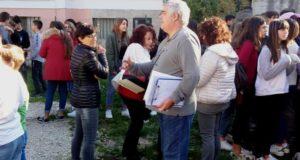 L'evacuazione degli alunni con l'ing. Corona che verifica la procedura