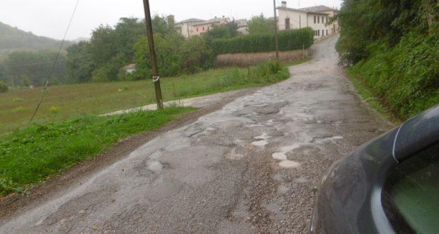 """Il manto stradale dissestato lungo la """"Comunale"""" per i Granali"""