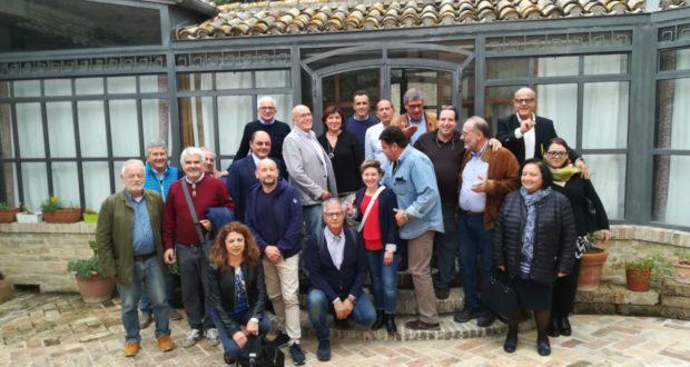 Sante Petrocchi con la moglie Rosella, gli amici e colleghi di lavoro