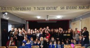 La foto di gruppo con il vice sindaco Vanna Bianconi, il preside e le insegnanti