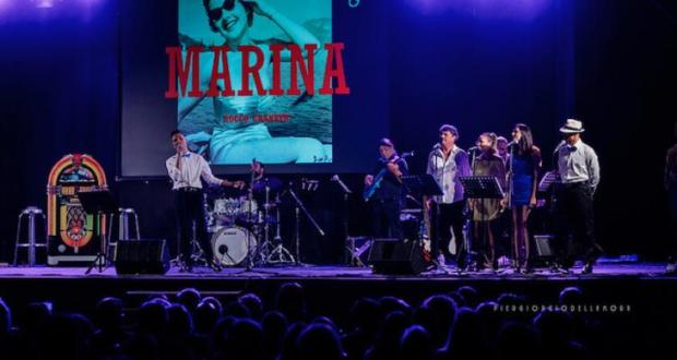 """Un momento dello spettacolo """"Febbre a 45 giri"""" proposto in estate a Porto Recanati"""