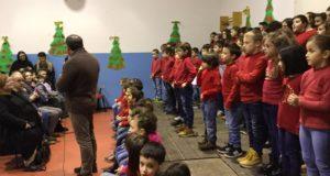 Il Coro di Natale alla scuola di Cesolo con l'intervento di saluto del dirigente Sandro Luciani