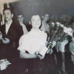 Una giovanissima Pina premiata in occasione di una festa