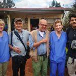 Fabio Scuriatti assieme a due infermiere della Onlus scozzese. Con loro ci sono anche Claudio e Valerio Scarponi