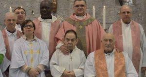 Don Arturo (il primo in basso a destra) in una recente foto di gruppo
