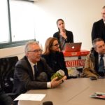 Il presidente Ceriscioli osserva uno dei prodotti più noti della Ralò: le olive