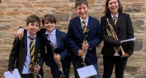 Quattro dei cinque musicisti esordienti
