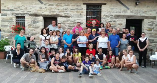 La foto ricordo del compleanno in piazzetta, a Serralta