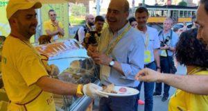 Francesco Fucili con il segretario nazionale del Pd e presidente della Regione Lazio, Nicola Zingaretti, che sembra gradire il ciauscolo marchigiano