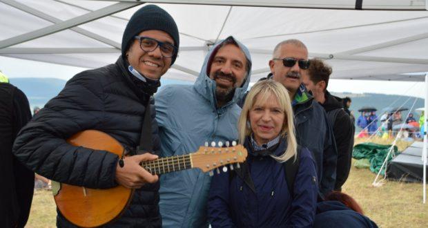 """Il """"duo"""" protagonista del concerto a Dosso Vallonica assieme al sindaco Piermattei e al dirigente della Questura Innocenzi"""