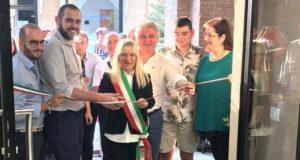 Giorgio Bianchini accanto al sindaco Rosa Piermattei all'inaugurazione dell'attività