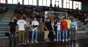 Alcuni studenti con il preside Luciani e il sindaco Piermattei