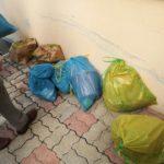 Alcuni sacchetti riempiti dai bambini