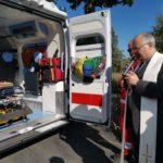 Il vescovo benedice la nuova ambulanza
