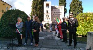 La cerimonia al monumento dedicati ai caduti in guerra
