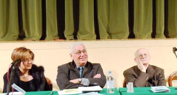 Don Sauro Venanzoni (il primo da destra) quando era rettore dell'Uteam. Al suo fianco il presidente Adriano Vissani e la direttrice dei corsi, Anna Vissani