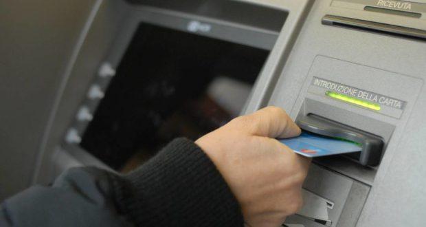 Uno sportello bancomat (foto d'archivio)