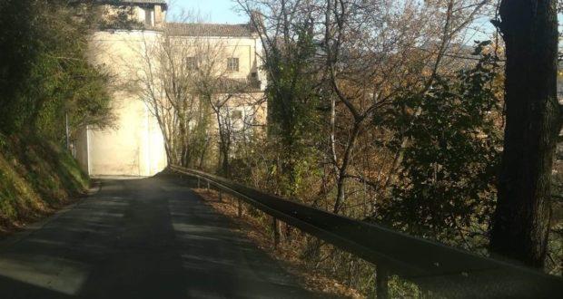 Il guardrail sistemato lungo la strada che scende verso il santuario della Madonna dei Lumi