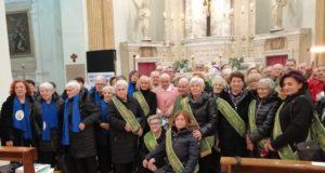La foto di gruppo con l'assistente spirituale don Lorenzo Lazzaroni