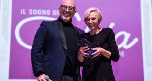 Giovanna Massi premiata da Mauro Adami nella serata a Cinecittà