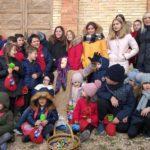Foto di gruppo con la Befana, i bambini e il sindaco Rosa Piermattei