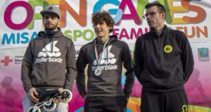 Andrea Angeletti (a sinistra) sul podio della maratona di Misano