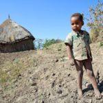 Un bambini di Lenda dove si vive ancora nei tukul senz'acqua