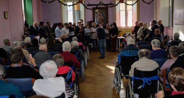 """Anziani ospiti alla Casa di riposo """"Lazzarelli"""" in occasione di un recente concerto nel salone della struttura"""