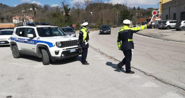 Polizia locale impegnata nel controllo delle vie cittadine