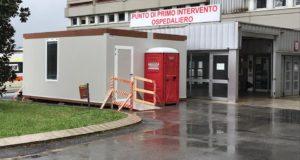 """L'ingresso del """"pronto soccorso"""" con un container di sicurezza sistemato accanto alla struttura"""