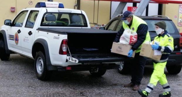 Volontari della Protezione civile impegnati nella spesa per chi ha bisogno di aiuto