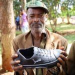 La consegna delle scarpe per aiutare la popolazione contro l'Elefantiasi