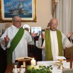 La messa celebrata in casa con il diacono Mario Borioni al suo fianco