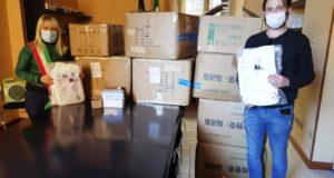 La consegna al sindaco del materiale sanitario proveniente dalla Cina da parte dell'imprenditore Grandinetti
