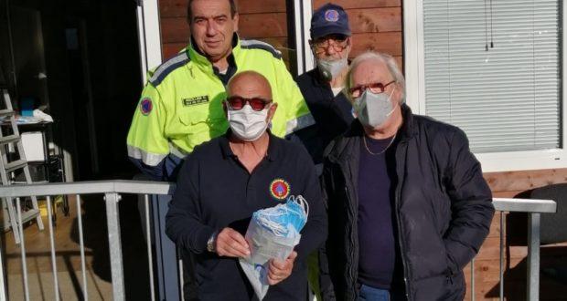 Il momento della consegna delle mascherine