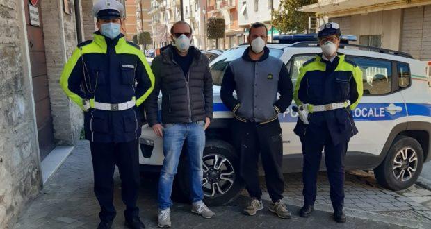 L'assessore Orlandani con agenti e titolare della ditta Color Glo