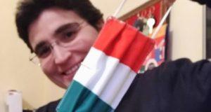 Suor Cinzia Fiorini mostra la mascherina tricolore