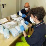 Volontari all'opera per la distribuzione delle mascherine