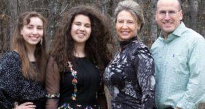 Agnese (seconda da sinistra) con la famiglia americana che la ospita in Minnesota