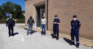 Jacopo Orlandani con il consigliere comunale Michela Pezzanesi, Polizia locale e volontari dell'Anc