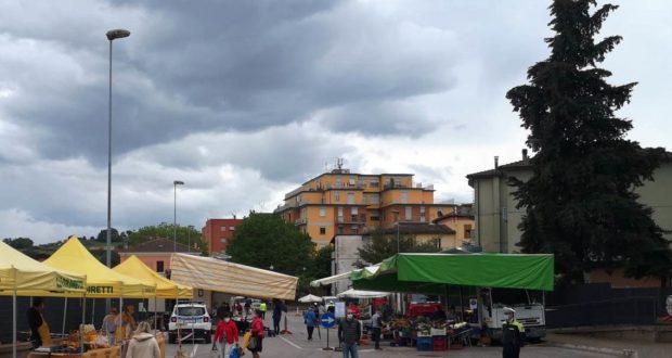 Mercato alimentare e ortofrutticolo nel piazzale ovest della stazione ferroviaria