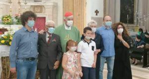 La foto di rito degli sposi e dei loro familiari assieme al cardinal Menichelli