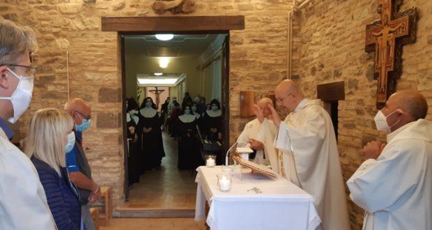 La messa celebrata all'interno del monastero