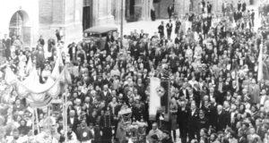 solenne processione del Patrono San Severino nella Piazza del Popolo. Fine anni '20 del secolo XX.
