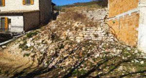 Il cumulo di pietre all'inizio dell'abitato di Elcito