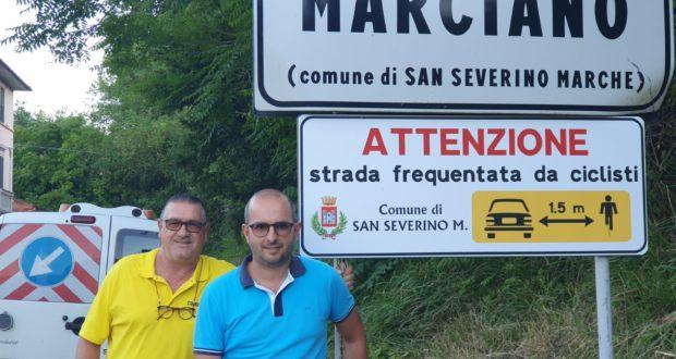 L'assessore Jacopo Orlandani con il responsabile della segnaletica, Luciano Cialoni